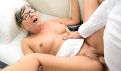 La vieja tiene orgasmos con su amante joven