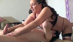 Masajista gorda masturbando un cliente