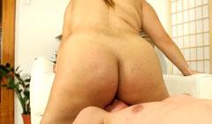 La cerda le pone el coño gordo a su primo en la cara