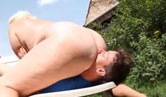 Masaje con lamida de culo a una enorme obesa