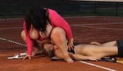 Gorda sentada en la cara del profesor de tenis